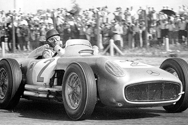 Juan Manuel Fangio a Mercedes volánja mögött