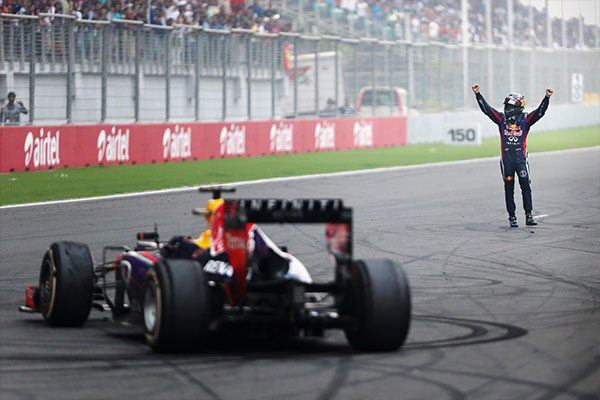 Sebastian Vettel 2013-ban a bajnoki cím ünneplése közben